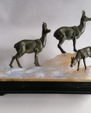 FRITZ DILLER Lampe Sculpture. Chamois à patine verte sur verre opalescent. socle en marbre. vers 1930