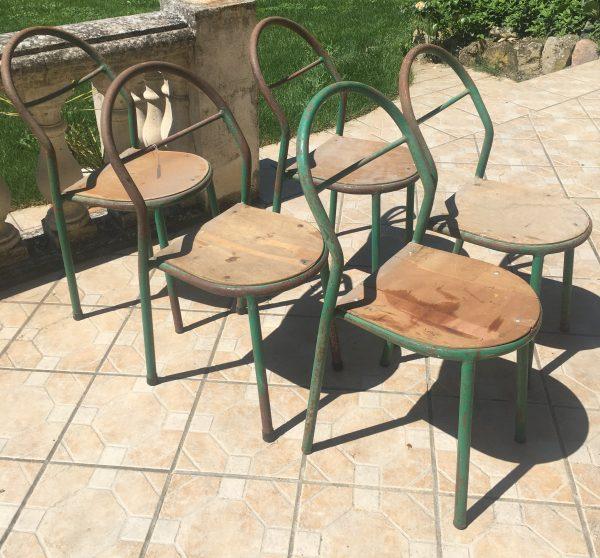 A vendre lot de 5 chaises anciennes design des années 50 de René HERBST pour Mobilor. Photo de la brocante de Castres.