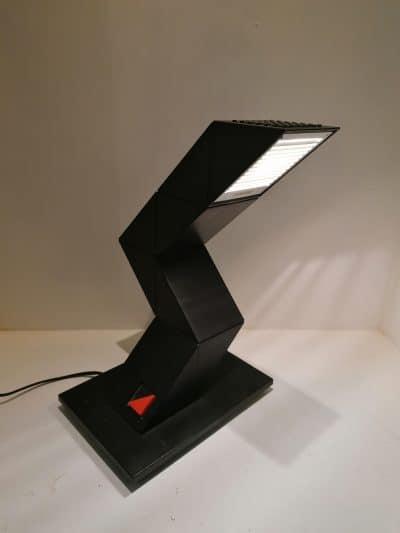 vue de 3/4 Lampe de bureau Zig Zag des années 80 désignée par Chan Shui pour E-lite. Cette authentique lampe vintage indémodable est en très bon état esthétique et de fonctionnement | brocante en ligne | brocante castres | Vintage French Art