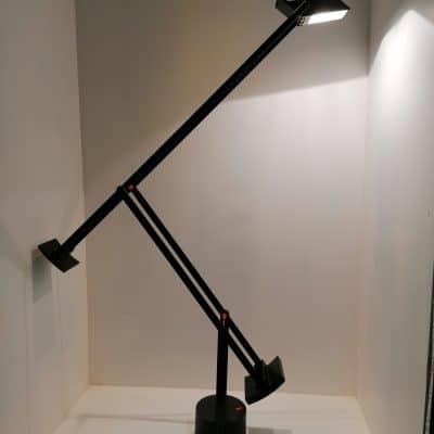 Vue de face de la lampe vintage de bureau Tizio par Richard Sapper pour Artemide | brocante castres | Antiquaire à Castres