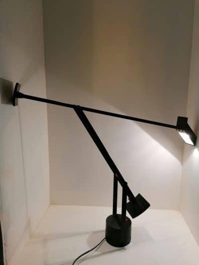 Vue plongeante de la lampe vintage de bureau Tizio par Richard Sapper pour Artemide | brocante castres | Antiquaire à Castres